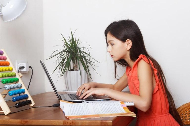 L'Ajuntament de Lloret i la Fundació Guitart col·laboren perquè 50 nens puguin seguir el curs de forma virtual