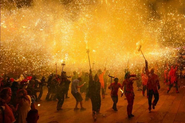 La colla de diables Sa Forcanera porta el correfoc a la Festa Major de Lloret