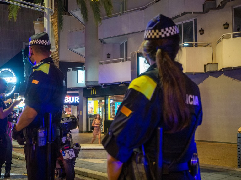 La Policia Local de Lloret de Mar desmantella un festa il·legal en un Habitatge d'Ús Turístic