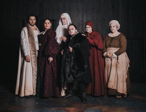 La primera producció de La Calòrica, Feísima enfermedad y muy triste muerte de la reina Isabel I, aquest dissabte al Teatre de Lloret