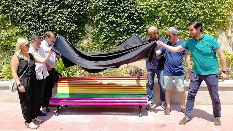 Lloret pinta dos bancs amb els colors del col·lectiu LGTBI