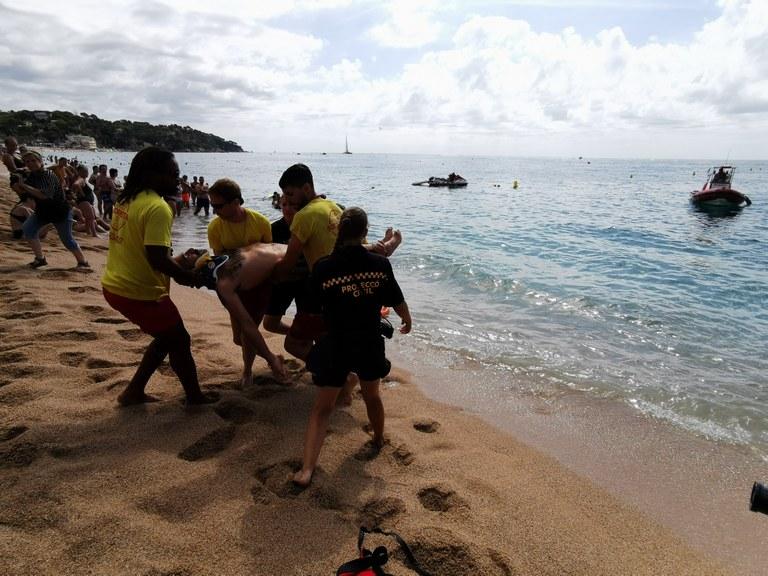 Simulacre de rescat aquàtic a la platja de Lloret
