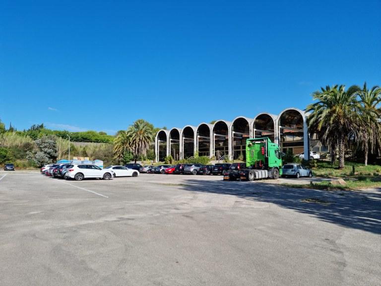 L'arribada massiva de turistes en cotxe a Lloret obliga a buscar nous pàrquings